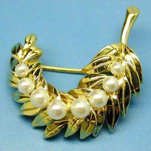 Yellow gold leaf brooch